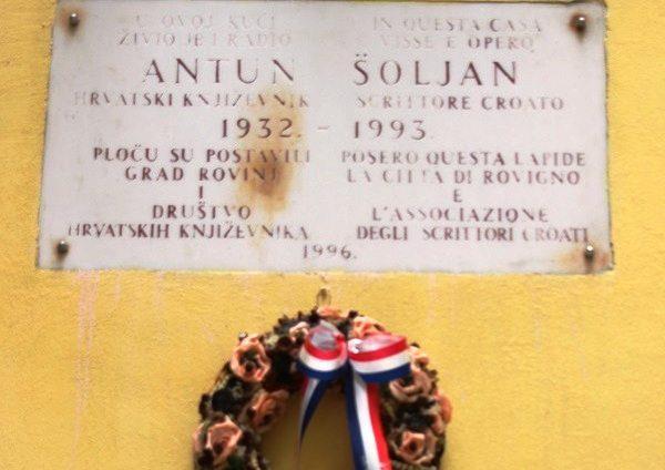 Foto: Darko Dragić/vijenac postavljen ispod spomen-ploče na kući Antuna Šoljana