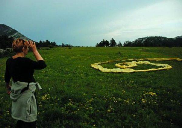 Foto: privatni arhiv Zvjezdane Jembrih  (autor fotografije Branko Lenić, Veliko Rujno, Velebit, land art intervencija, 2008.)