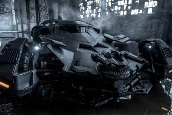FOTO:firstshowing.net/batmobile - batman v superman