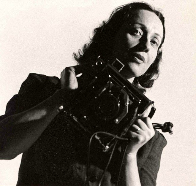 Foto: wikipedia.org/Barbara_Morgan_(photographer) [Barbara Morgan s Graflex kamerom 1940-ih]