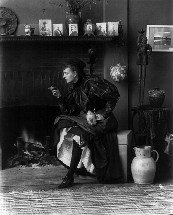 "Foto: pinterest.com/miboop [Frances Benjamin Johnston, ""Self-portrait in the studio"" (1896.)]"