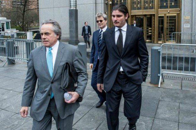 Foto: pinterest.com/artriposte [Helly Nahmad (desno) s odvjetnicima]