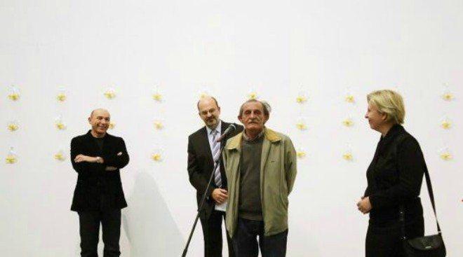 """Foto: www.msu.hr [Mladen Stilinović na otvorenju svoje retrospektivne izložbe """"Nula iz vladanja"""" u MSU 2012.]"""